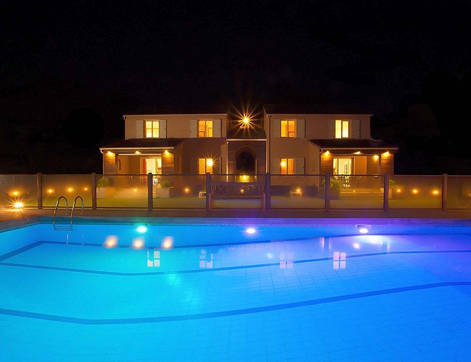 Villa illuminée de nuit